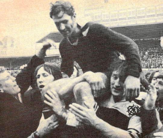 Carmichael y J.P.R Williams sacando a hombros a Ian Kirkpatrick