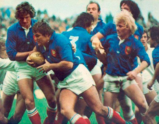 Gérard Cholley carga contra la delantera inglesa con el apoyo cercano de Jean-Claude Skrela y Jean-Pierre Rives