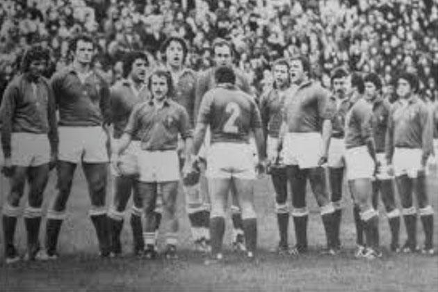 El XV de Francia en círculo, con Jacques Fouroux en el medio, cantando el himno antes de un partido.